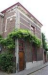 foto van Huis in de trant van de zgn. Maaslandse renaissance, waarvan de voorgevel, eindigt in een hoofdgestel met consoles.