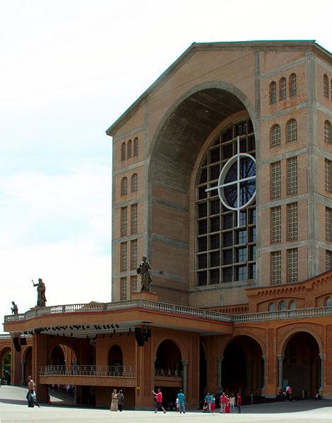 File:Main entrance - Basílica de Aparecida - Aparecida 2014.jpg