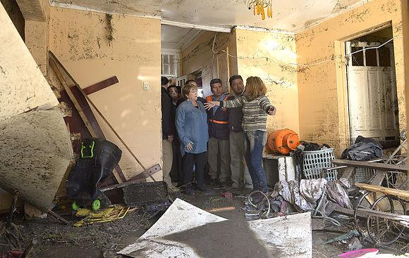 Mandataria recorrió borde costero escuchando a afectados por el terremoto (21503021501).jpg