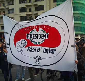 Gürtel case - Satirical banner (in Valencian) at a rally, parodying the brand of spread cheese President with the tagline a president easy to spread (bribe).