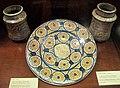 Manises, piatto con stemma famiglia borgia o buyl, e due albarelli, 1450-75 ca..JPG