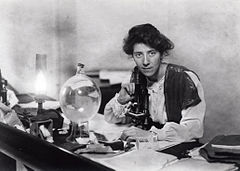 Marie Stopes in her laboratory, 1904.jpg