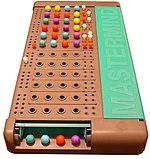 Il gioco Mastermind nella versione con piolini colorati