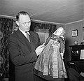 Meneer Dirchsen met een klederdrachtpop, Bestanddeelnr 252-8789.jpg