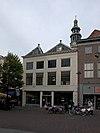 foto van Huis met rechte gevel en door pirons bekroond schilddak aan de straat