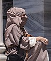 Mujer musulmana en el Palacio de Dolmabahce (30308359963).jpg