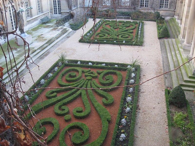 File:Musée Carnavalet - interior courtyard.JPG
