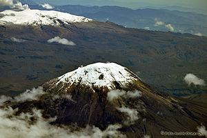 Nevado del Tolima - Image: Nevado del Tolima y Ruíz con su fumarola (7978225033)