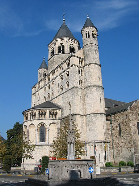 Nivelles   (Belgium),  the St. Gertrude Collegiate church (XI/XIIIth century), her restored fore-part (XXth century) and the replica of the Perron fountain (1922).