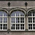 Overzicht van een korfboogvormig venster in de voorgevel van de dwarsvleugel, - 's-Gravenhage - 20387575 - RCE.jpg