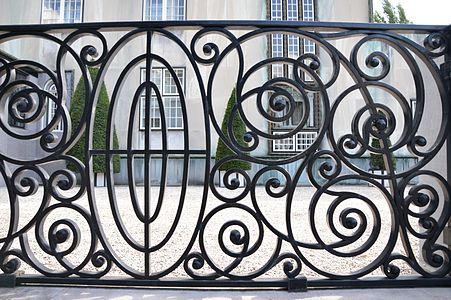 PPalais Stoclet, détail de la grille principale avec éléments du jardin.