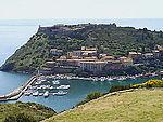 Panorama d'un petit village en bord de mer.