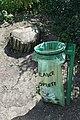 Parc des Buttes-Chaumont, poubelle et souche.jpg