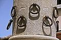 Particolare degli anelli per i cavalli sulla Colonna.jpeg
