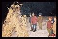 Pehtra baba iz Ziljske doline 1967 - Otroci molijo pred gorečo grmado.jpg