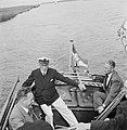 Pieter Bokma aan het roer van zijn zeilboot met enkele passagiers, Bestanddeelnr 191-0708.jpg