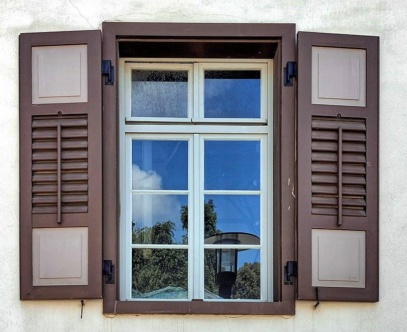 חלון בבניין בשרונה