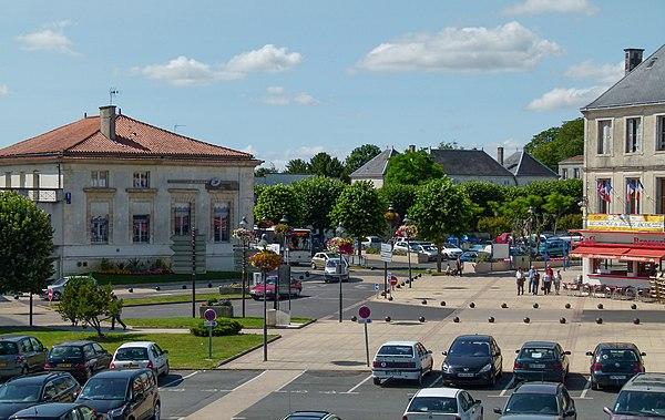 Le centre-ville de Surgères vu depuis les remparts.