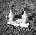 Pletenje oboda steklenic, dno posebej, vse iz srobota. Peč 1949.jpg
