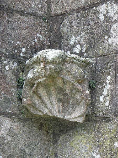Chapelle Notre-Dame-de-Crénénan sise en Ploërdut (56). Détail sculpté entre les deux contreforts de l'angle nord-est du chevet.