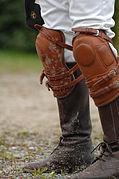 Un joueur de polo équipé de genouillères.