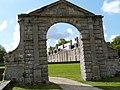 Porte à fronton (château de Catuélan).jpg