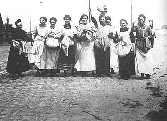 1917 Potato riots - Female workers with potatoes