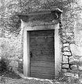 Povir pri Divači, župnišče, portal z napisom MO 1575 1969.jpg