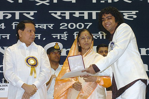 "Pratibha Devisingh Patil presenting the Best Male Playback Singer Award for the year 2005 to Shri Naresh Iyerl, in RNAG DE BASANTI, for his melodious rendering of a lilting song ""ROO BA ROO"".jpg"
