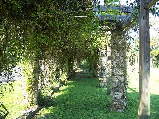 File:Ravine Gardens SP colonnade02.jpg - Wikimedia Commons