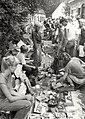 Rommelmarkt georganiseerd voor kinderen, tijdens de jaarlijkse feestweek te Santpoort. Aangekocht in 1983 van fotograaf C. de Boer. - Negatiefnummer 22166 k 27 a. - Gepubliceerd in het Haarl, NL-HlmNHA 54013171.JPG