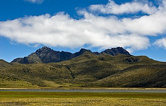 Rumiñawi (volcano) - Rumiñawi as seen from the lake Limpiopunku