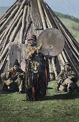 Altajse sjamaan beslaat de tamtam (Foto:Sergej Borisov, begin 20e eeuw)