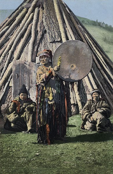 Tiedosto:SB - Altay shaman with drum.jpg