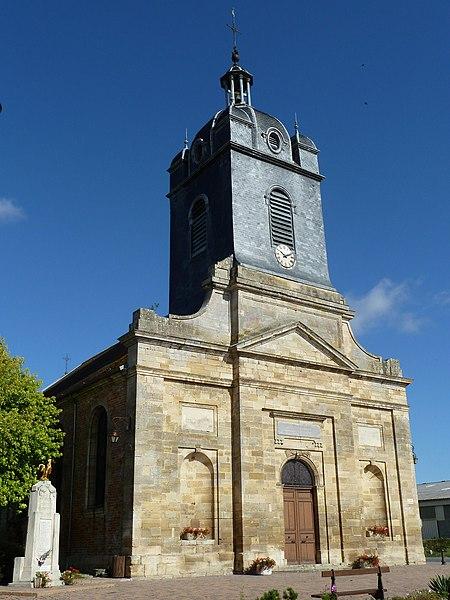 Saint-Mard-sur-le-Mont - Eglise dédiée à saint Médard, construite de 1774 à 1777 sur les plans de François Lefebvre architecte à Reims. La façade est surmontée d'une tour clocher charpentée, sommée d'un clocheton.