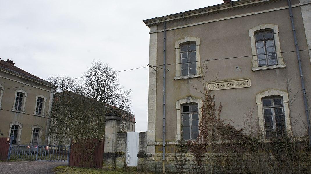 Anciens quartiers Senarmont. Classé à l'inventaire des monuments historiques IA55000112 . Construit de 1889 à 1911, subsistent, sur la phot, les deux coprs de garde de type 1907.