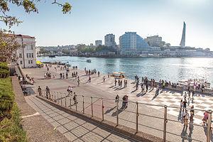 Die Promenade mit der Skyline von Sewastopol