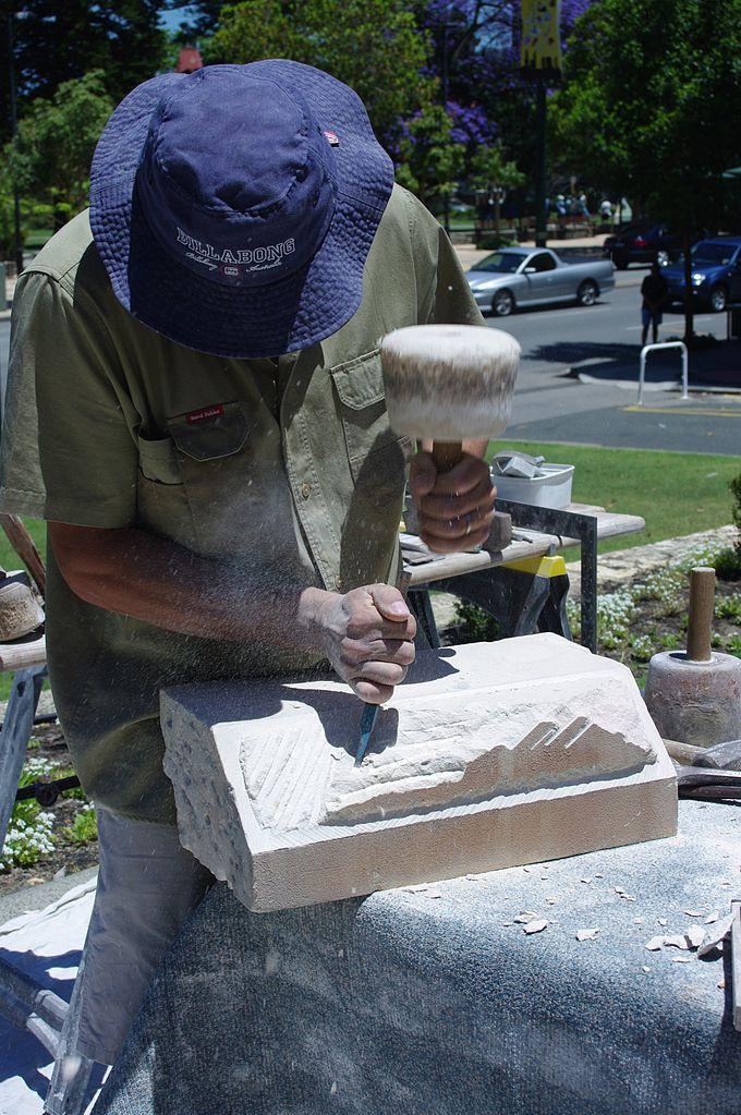 Tailleur de pierre faisant une démonstration de taille pour réparer la cathédrale Saint-George à Perth en 2007/2008