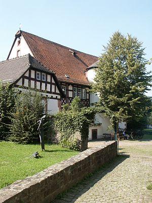 """Museum """"Brüder Grimm Haus"""" mit Skulptur zum """"Froschkönig"""" in Steinau"""
