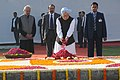 The Prime Minister, Dr. Manmohan Singh paying floral tributes at the Samadhi of former Prime Minister, Shri Inder Kumar Gujral, on his death anniversary, in Delhi on November 30, 2013.jpg