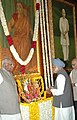 The Prime Minister Dr. Manmohan Singh paying floral tribute on the occasion of Birth Anniversary of Smt. Sarojini Naidu at the Central Hall of the Parliament, in New Delhi on February 13, 2006 (1).jpg