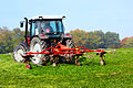 Traktor beim Graszetten.jpg