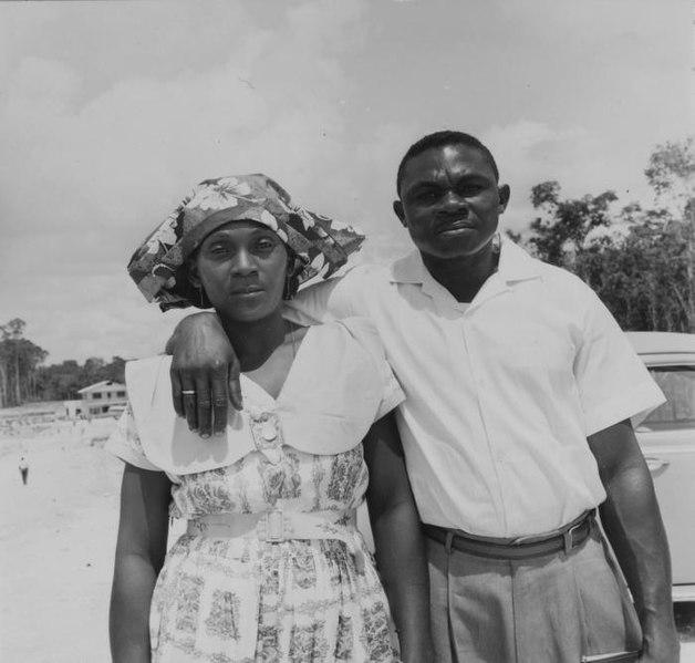 File:Tropenmuseum Royal Tropical Institute Objectnumber 20006373 Portret van een man en vrouw uit Nieu.jpg