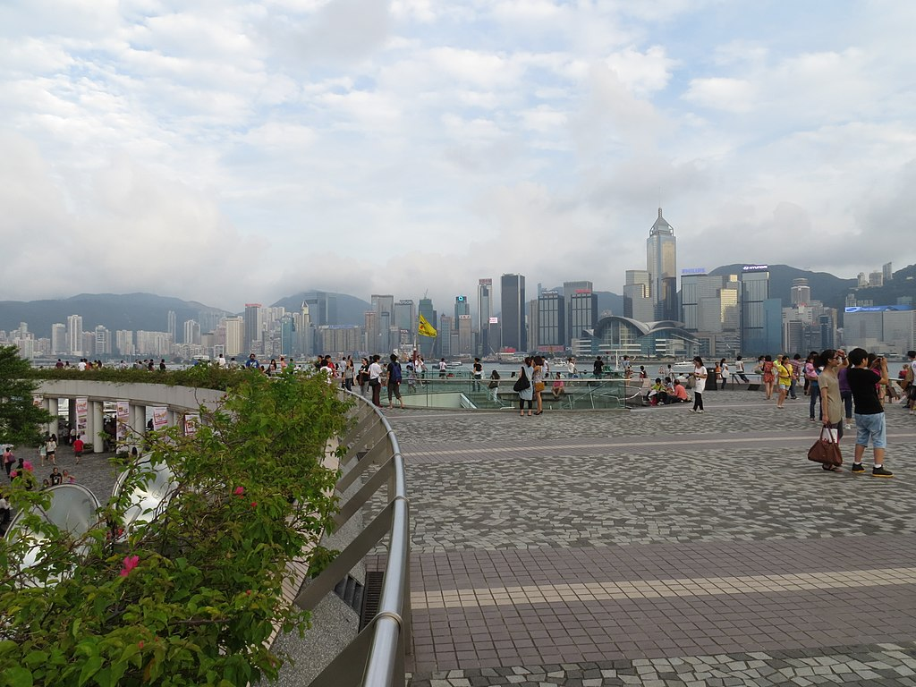 https://upload.wikimedia.org/wikipedia/commons/thumb/2/2d/Tsim_Sha_Tsui_Promenade%2C_Viewing_deck_%28Hong_Kong%29.jpg/1024px-Tsim_Sha_Tsui_Promenade%2C_Viewing_deck_%28Hong_Kong%29.jpg