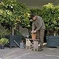 Tuinman aan het werk in de oranjerie - Goor - 20405216 - RCE.jpg