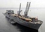 US Navy 080722-N-1424C-501 La Armea Sealift Komando grandaj, mez-rapideca rulo-sur-rulo-de ŝipo USNS-Pililaŭ (T-AKR 304) estas ankrita de la marbordo de Red Beach.jpg