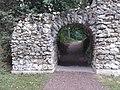 Une arche a ruines dans le parc a Archangelski.jpg