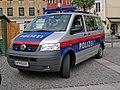 VW T5 der österreichischen Polizei Vor-FL (2003-10 Volkswagen T5 of the austrian police).jpg