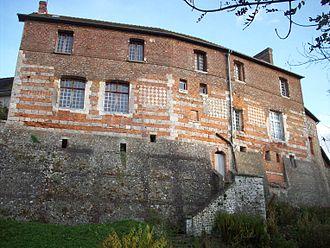 Lyons-la-Forêt - Image: Vestiges de l'enceinte fortifiée