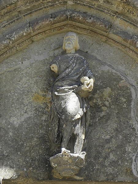 Statue du Précurseur au tympan du portail occidental de l'église Saint-Jean-Baptiste de Vorges (02).